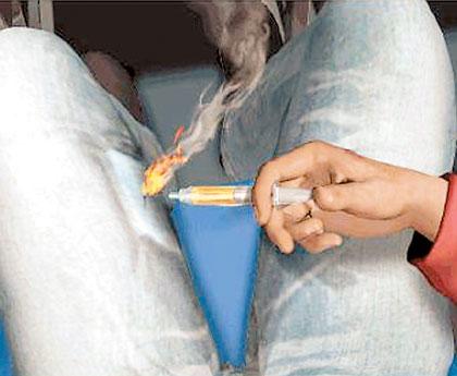 然后在飞机上,用注射器混合化学物品和一些粉末
