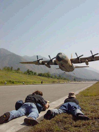 一架飞机执行空投